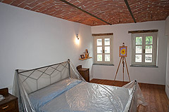 Italian Farmhouse with vineyards for sale in Piemonte - Bedroom with vaulted ceiling