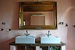 Rustic Italian farmhouse for sale in Piemonte Italy - Rustic style bathroom