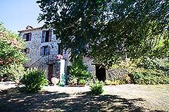 Country Home with swimming pool for sale in Piemonte - Front view of the property