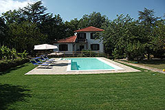 Country House with Swimming Pool for sale in Piemonte - Pool and garden area