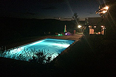 Elegante casa in pietra con piscina in vendita in Piemonte - Evening by the pool