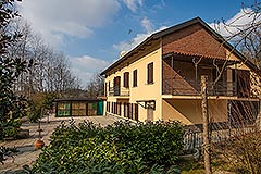Traditional Italian farmhouse for sale in Piemonte - Side view