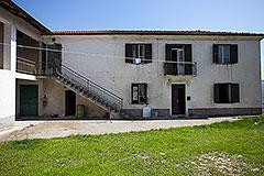 Italian farmhouse for sale in Piemonte - Front view