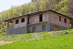 Traditional Stone House requiring finishing for sale in Piemonte - Langhe Stone House for final finishing set in a panoramic position close to town facilities