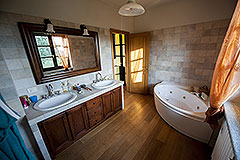 Country property for sale in Piemonte - Bathroom with corner bath
