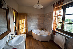 Country property for sale in Piemonte - Spacious bathroom