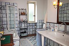 Luxusimmobilie zum Verkauf im Piemont, Italien - Main House - Bathroom