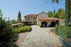 Country Estate with Vineyard and Swimming Pool - Entrance