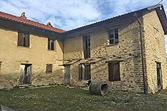 Teil restauriertes Steinbauernhaus mit Scheune zur Restaurierung, zum Verkauf im Piemont - L shape farmhouse
