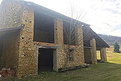 Teil restauriertes Steinbauernhaus mit Scheune zur Restaurierung, zum Verkauf im Piemont - Barn