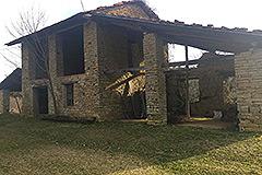 Teil restauriertes Steinbauernhaus mit Scheune zur Restaurierung, zum Verkauf im Piemont - Stone barn