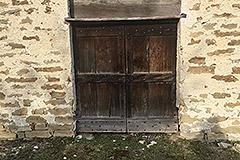 Teil restauriertes Steinbauernhaus mit Scheune zur Restaurierung, zum Verkauf im Piemont - Original doors