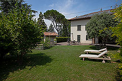 Italienisches Bauernhaus zum Verkauf im Piemont - Front garden area