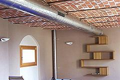 Italienisches Bauernhaus zum Verkauf im Piemont - Exposed brick in pool area