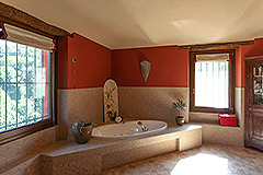 Luxury Country home for sale in Piemonte - Spacious bathroom