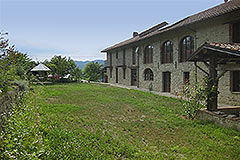 Restored Langhe Stone farmhouse for sale in Piemonte - Front garden area