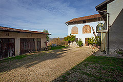 Italian Farmhouse for sale in Piemonte - Courtyard