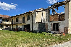 Restored Langhe Stone Farmhouse with barn for renovation - View of barn and house