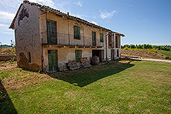 Restored Langhe Stone Farmhouse with barn for renovation - Tranquil position