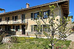 Restored Langhe Stone Farmhouse with barn for renovation - Entrance