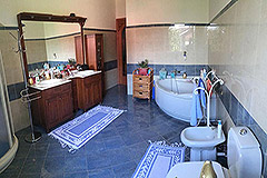 Detached villa in a residential area with large garden and swimming pool. - Bathroom